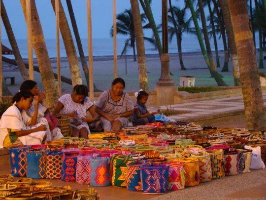 Wayuu-Frauen arbeiten an neuen Mochilas