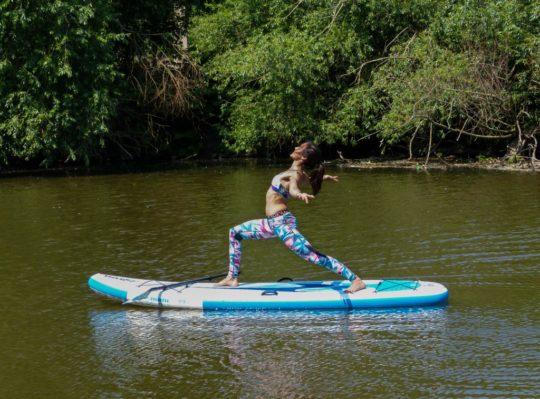 SUP Yoga: Bewegung und Entspannung im Fluss der Natur
